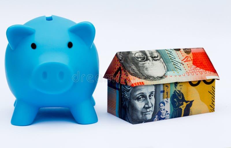Australijczyka Origami pieniądze dom z prosiątko bankiem obraz royalty free