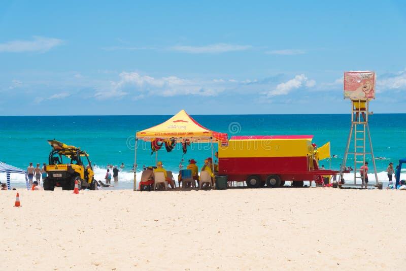 Australijscy ratownicy przy Currumbin plażą, złoto Brzegowy Australia obrazy royalty free