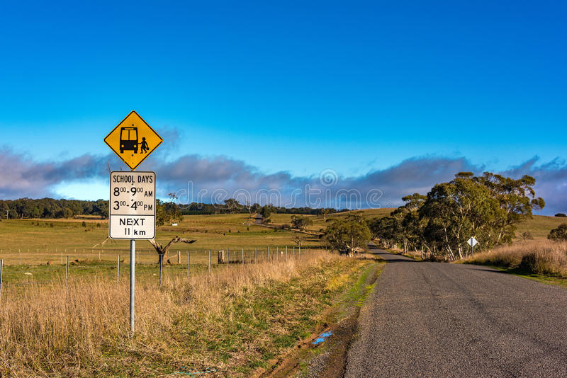 Australijska odludzie droga z autobus szkolny przerwy znakiem fotografia stock