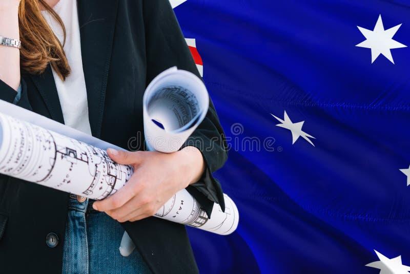 Australijski architekt kobiety mienia projekt przeciw Australia falowania flagi tłu Budowy i architektury poj?cie zdjęcie royalty free