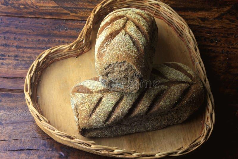 Australijski chlebowy bochenek w koszu nad nieociosanym drewnianym t?em Tradycjonalnie zrobi z czekolada proszkiem ten chleb, br? zdjęcie stock
