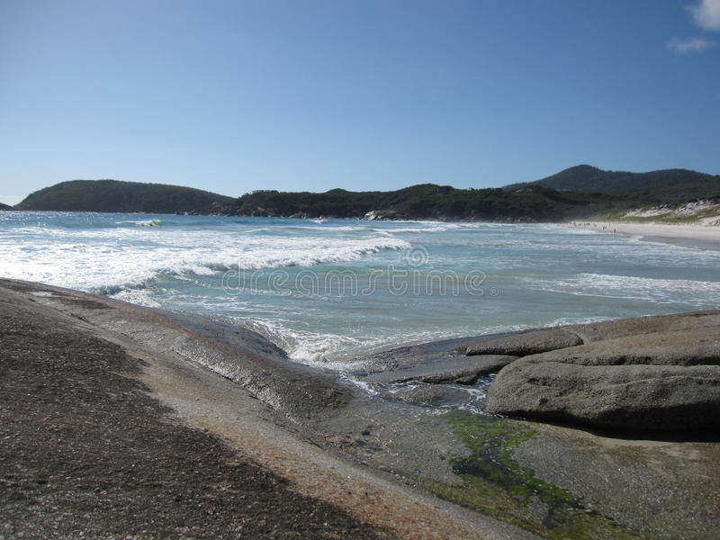Australijski skalisty wybrzeże i plaża z gigantycznymi skałami obraz stock