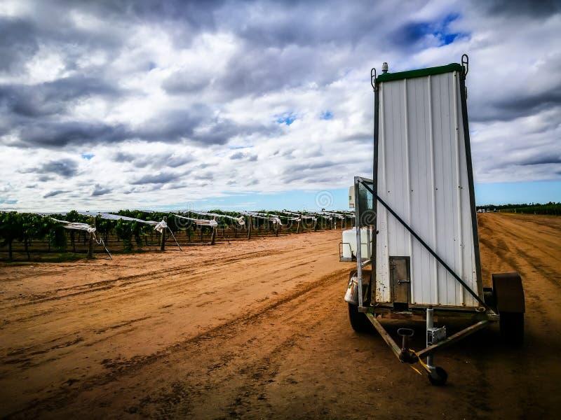 Australijskie Przenośne toalety z toczą wewnątrz gronowy uprawiać ziemię dzielnicowy miasteczko, szmaragd, Queensland, Australia zdjęcie royalty free