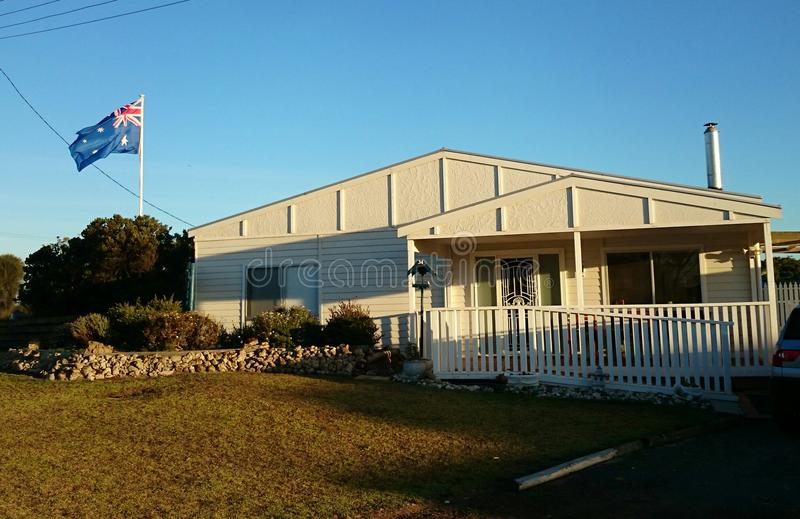 Australisch huis met nationale vlag stock foto's