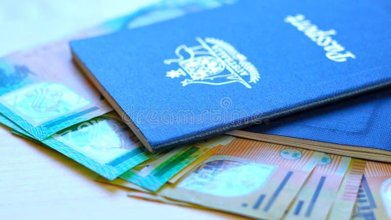 Australisch paspoort en contant geldreisconcept stock afbeeldingen