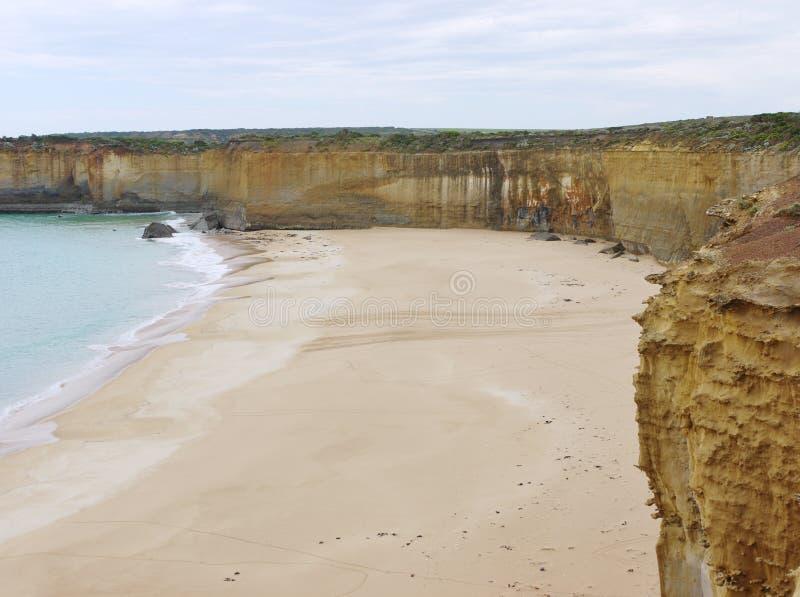Australisch zandig strand en gele rotsen stock foto