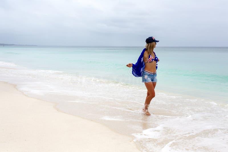 Australische Frau, die Strandparadies genießt stockfotografie