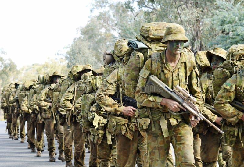 Australische legermilitairen die weg marcheren aan basis in de oorlogstactiek van de camouflagestruik opleiding royalty-vrije stock foto