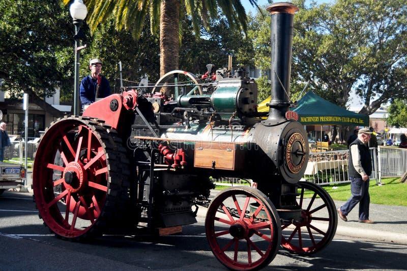 Australische Leute, die Retro- kleine Dampflokomotive für Show fahren stockbild