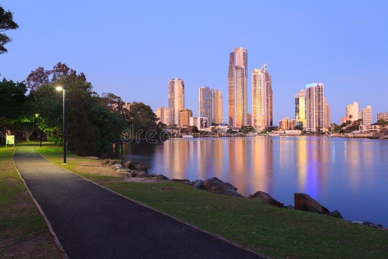 Australische moderne Stadt am Abend lizenzfreie stockbilder