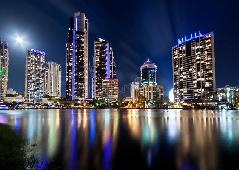 Australische moderne Stadt nachts lizenzfreie stockfotos