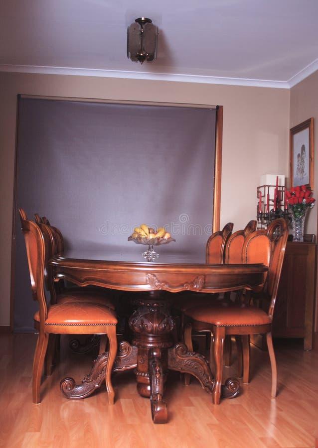 Australische wijnoogst gebogen Eettafel met 6 leerstoelen in binnenland royalty-vrije stock fotografie