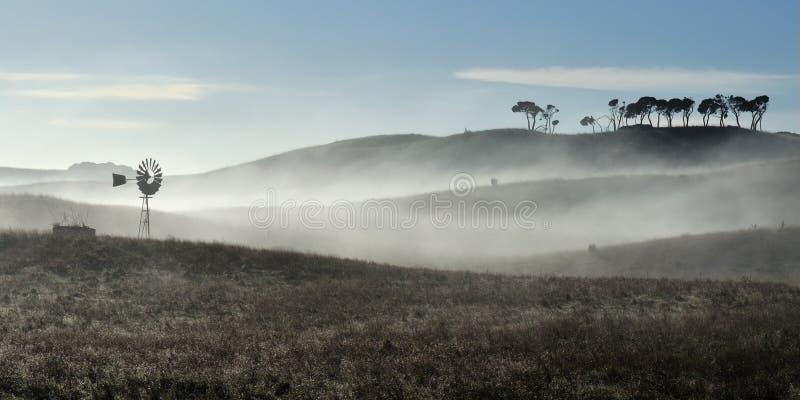 Australische Windmühle im Nebel lizenzfreie stockbilder