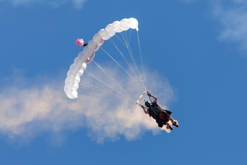 Australischer Abenteurer und Flügel entsprechen Flieger Rex Pemberton-Fallschirmen zur Erde nach einem Flügelklagenflug lizenzfreie stockbilder