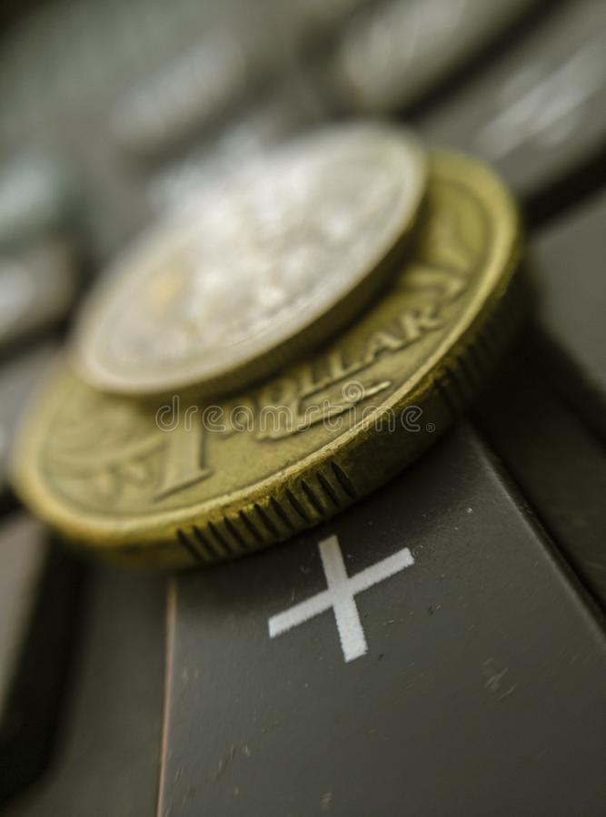 Australischer Dollar des Finanzkonzeptes auf Taschenrechner plus Schlüsselmakro stockbild