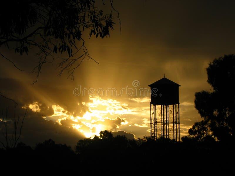 Australischer Hinterland-Waßerturm-Sonnenuntergang stockfoto