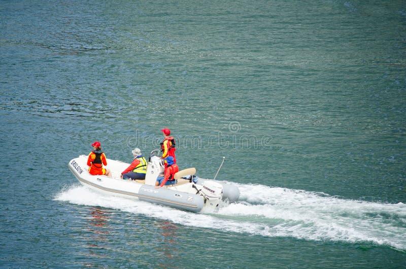 Australischer Leibwächterservice New South Wales, das im Team auf Motorboot an der Herzmuschelbucht, Darling Harbour funktioniert lizenzfreie stockfotografie