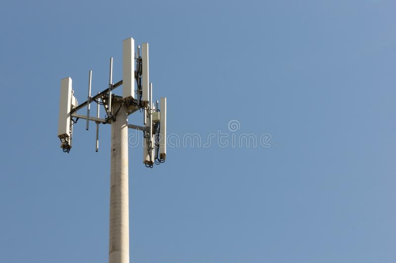 Australischer Mobilkommunikations-Fernsehturm gegen klaren blauen Himmel stockbild