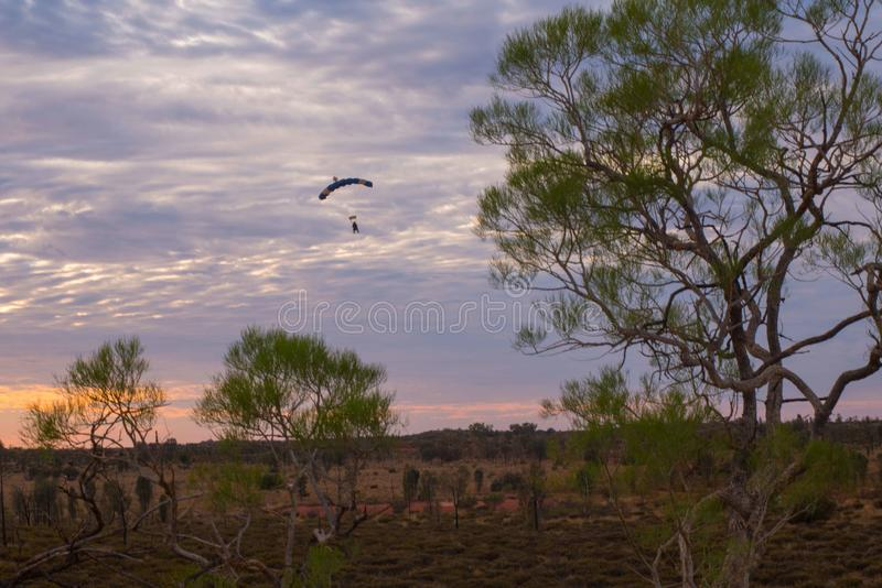 Australischer Sonnenaufgang nahe Uluru lizenzfreie stockfotos