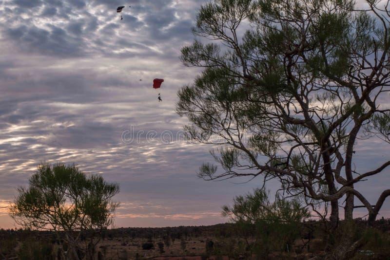 Australischer Sonnenaufgang nahe Uluru stockbilder
