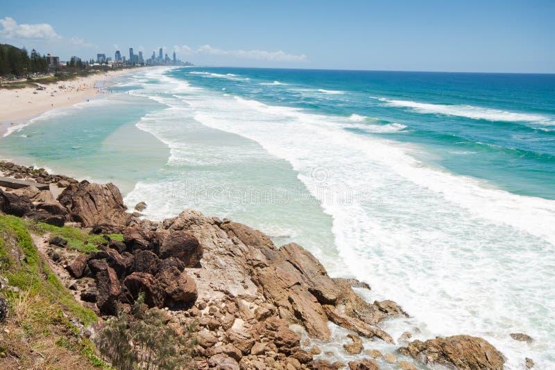 Australischer Strand während des Tages mit Felsenklippe stockfotos