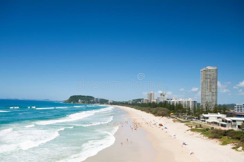 Australischer Strand während mit der Gebäude dazu lizenzfreie stockfotografie