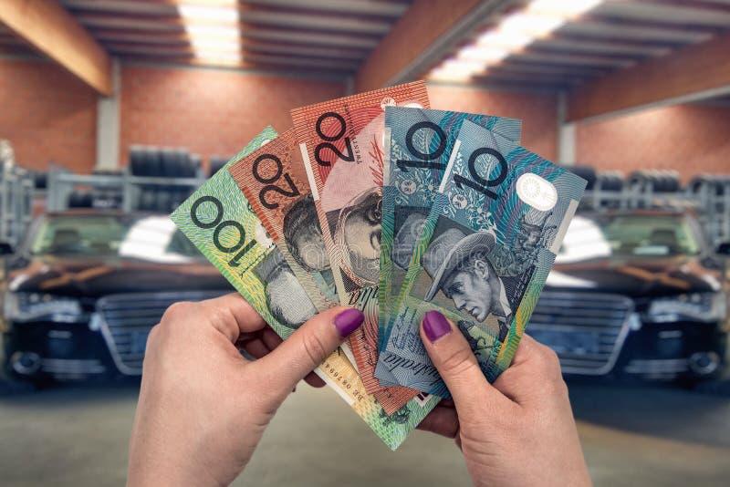 Australisk dollar i kvinnahanden som isoleras på vit royaltyfria foton