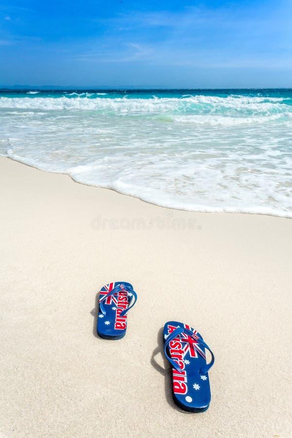 Australisk flagga på läderremmar på stranden royaltyfri foto