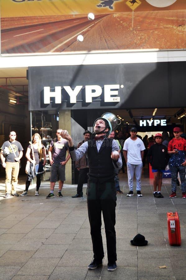 Australisk folkshow som kastar bollen på utomhus- activitie för uteplats royaltyfri fotografi