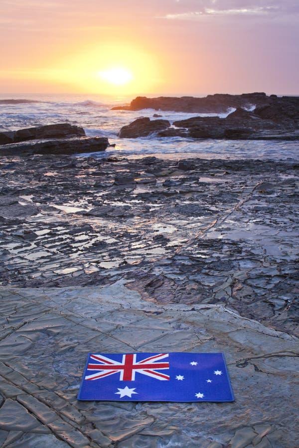 Australisk himmel för hav för flaggasoluppgångstrand fotografering för bildbyråer