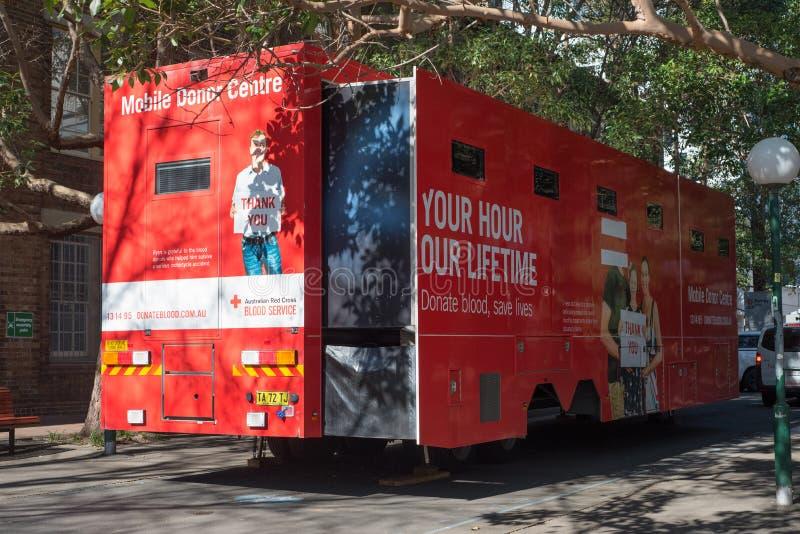 Australisk Röda korsetblodservice är en mobil mitt för bloddonation Det är ett medel som utrustas med allt som är nödvändigt royaltyfri fotografi
