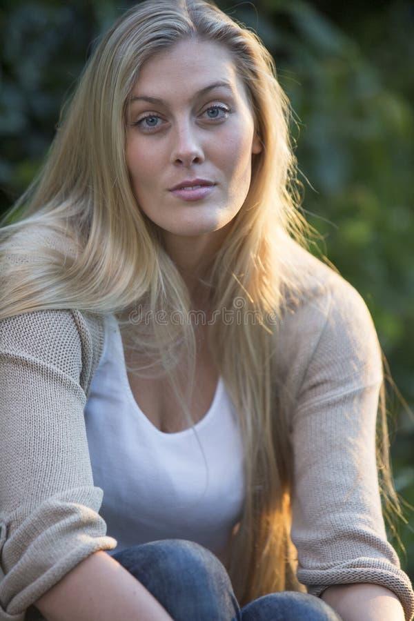 Australisk skönhet med långt blont hår royaltyfri foto