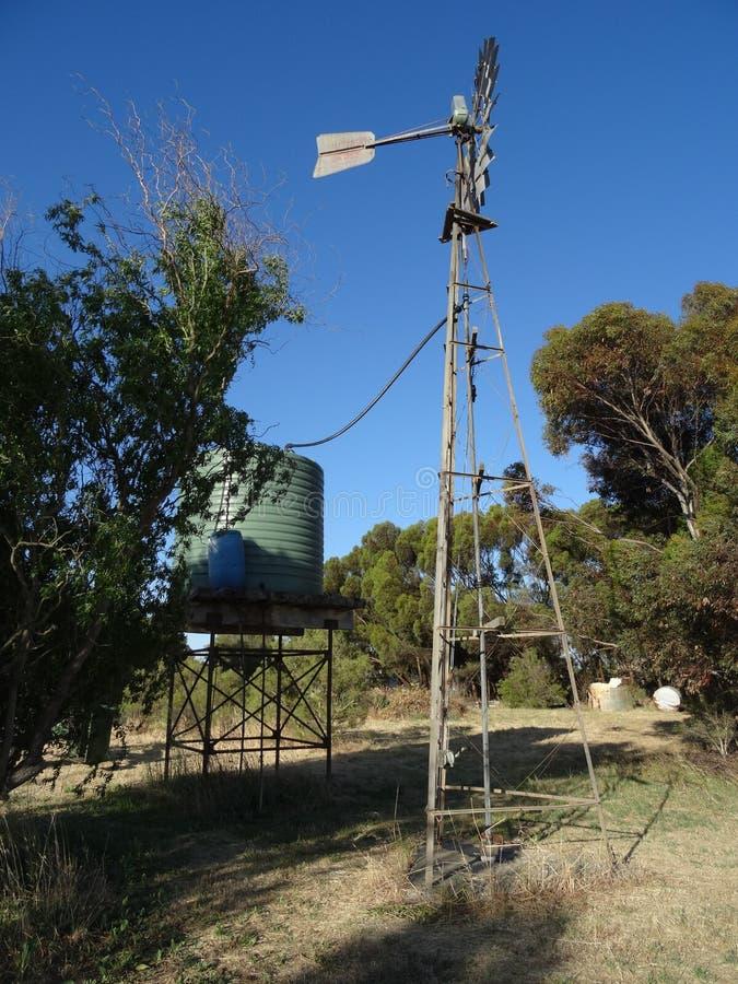 Australisk väderkvarn för att pumpa vatten, NSW, Australien arkivbild