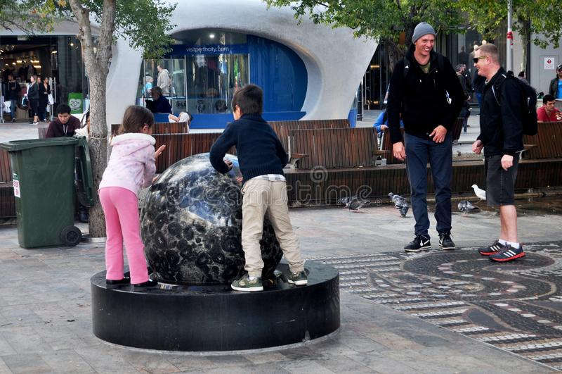 Australiska folkbarn som spelar domarringen på den utomhus- uteplatsen royaltyfri bild