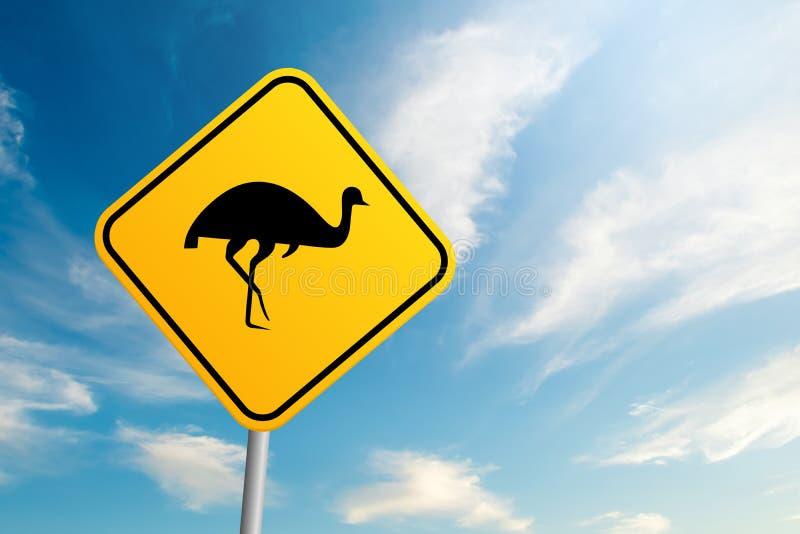 Australiskt djurlivvägmärke för emu med backg för blå himmel och moln royaltyfria bilder