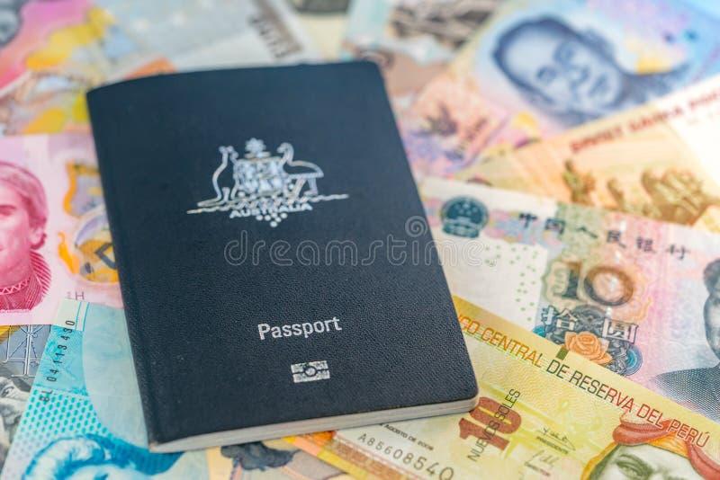 Australiskt lopppass som överst ligger av papperspengar från olika länder royaltyfri fotografi