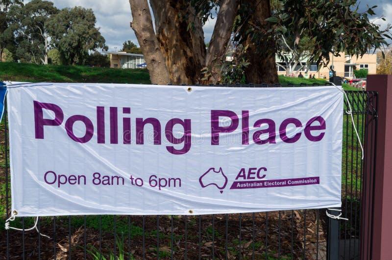 Australiskt valkommissionbaner utanför ett federalt röstningställe i Melbourne, Australien arkivbild