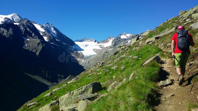 australites Αλπική περιοχή ` Stubai ` Ο ορειβάτης σε μια πορεία βουνών στοκ εικόνες με δικαίωμα ελεύθερης χρήσης