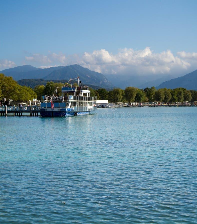 Austria Alpejski jeziorny Wörthersee blisko miasta Klagenfurt, zdjęcia stock