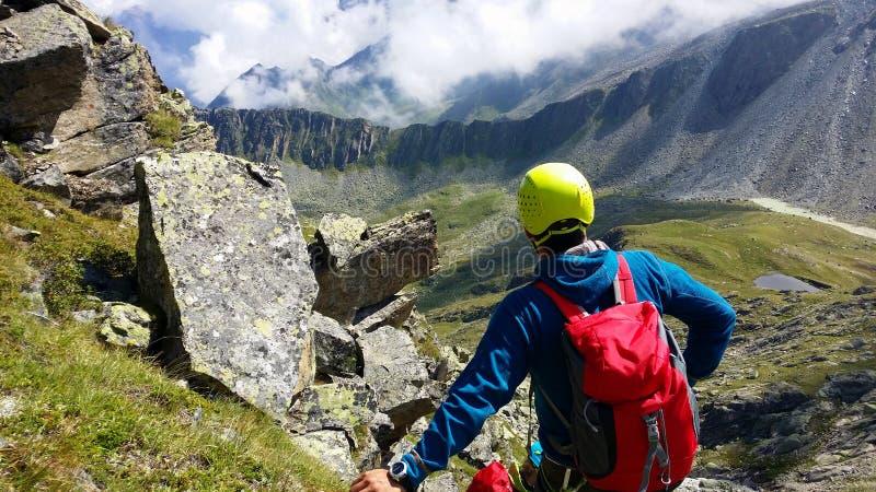 austria ` Alpino de Stubai del ` de la región El escalador en una trayectoria de la montaña imagen de archivo libre de regalías