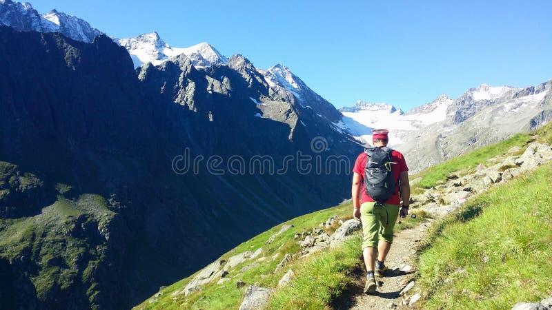 austria ` Alpino de Stubai del ` de la región El escalador en una trayectoria de la montaña fotos de archivo
