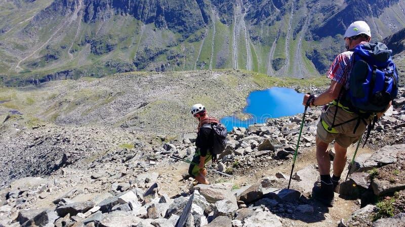 austria ` Alpino de Stubai del ` de la región Escalador en una trayectoria de la montaña imagen de archivo