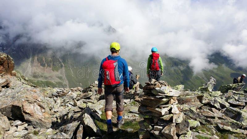 austria ` Alpino de Stubai del ` de la región Escaladores en una trayectoria de la montaña imágenes de archivo libres de regalías