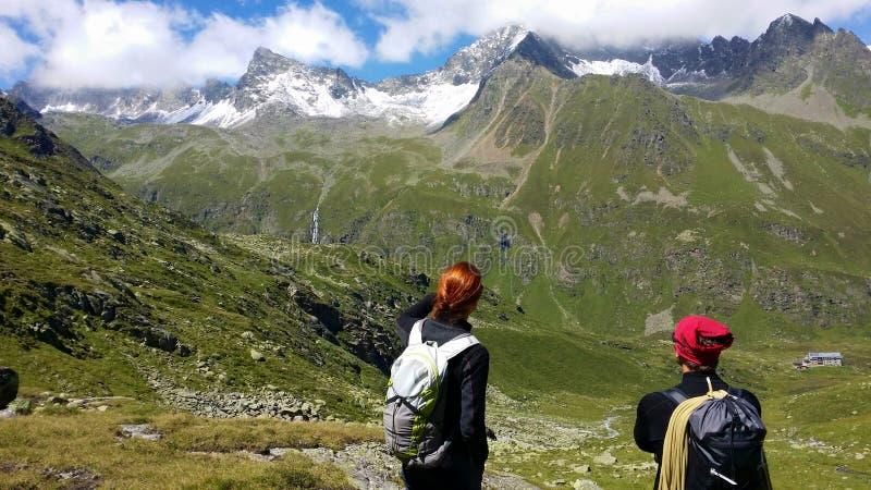 austria ` Alpino de Stubai del ` de la región Escaladores en una trayectoria de la montaña foto de archivo