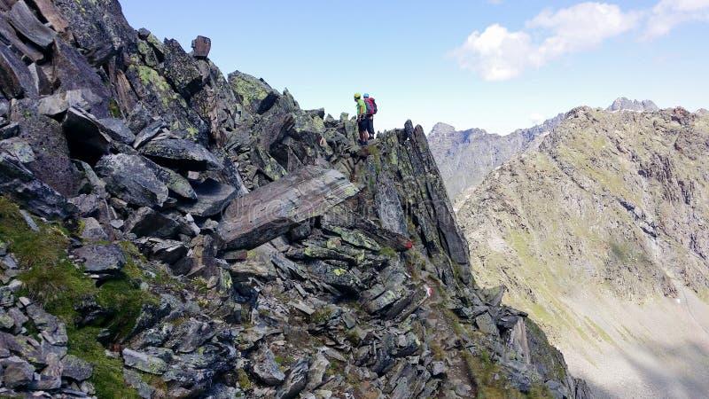 austria ` Alpino de Stubai del ` de la región Escaladores en una trayectoria de la montaña fotografía de archivo