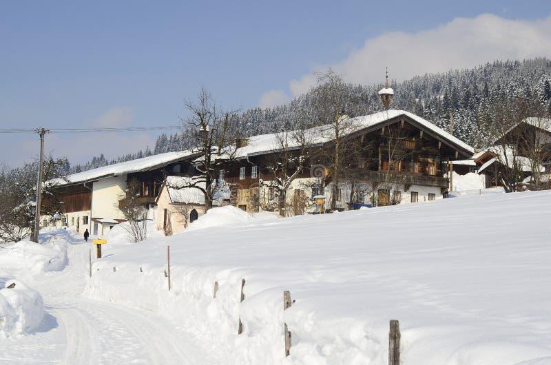 Austria, el Tirol, hogar cubierto con nieve imagenes de archivo
