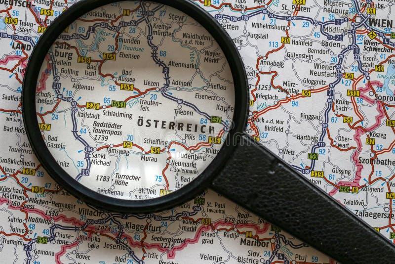 Austria en el mapa y la lupa fotografía de archivo libre de regalías