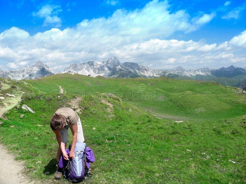 austria montan@as Paisaje alpino con las nubes y las montañas en la distancia T imagenes de archivo