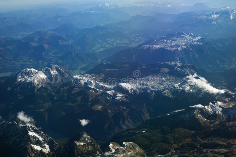 AUSTRIA - Październik 2016: Alps jak widzieć od samolotu, płaski widok góry fotografia royalty free