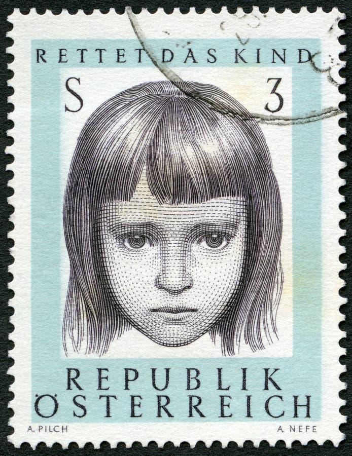 AUSTRIA - 1966: przedstawienie młoda dziewczyna Oprócz dziecka społeczeństwa, 10th rocznica fotografia royalty free